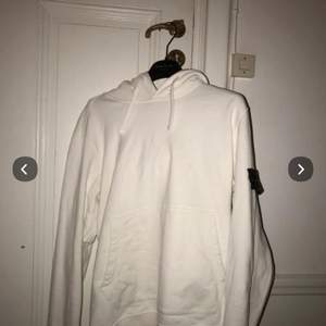 En fin Stone island hoodie utan fläckar köpt på Nk i Stockholm och skicket är 8/10 i storlek M                                   (HJÄLPER EN VÄN)