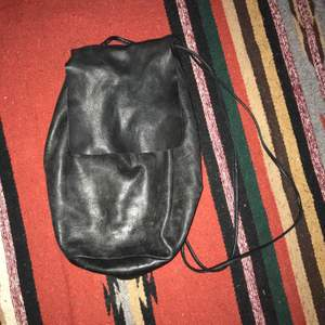 I bought this preloved on Depop. Black with excellent patina. That means natural fading and markings of the leather. Drawstring closure which can be adjusted. Inner pocket and unlined suede interior. Buttery, soft leather. Some of the rivet linings are coming off, but can be easily fixed with glue (have a professional do it!) Smoke and pet free storage space. No other flaws to note. Happy to bundle. Will gladly take more pics.   Disclaimer: Please expect some general wear in all secondhand pre-owned items as they have lived a previous life, so do not expect a mint item. **TRACKED SHIPPING VIA POSTNORD**