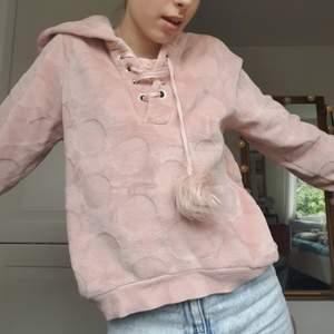 SÅ HIMLA MYSIG ljusrosa hoodie från hunkemöller!! Har två små fluffiga