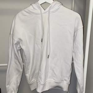 En vit hoodie från Urban Classics i stl S. Den är i jättebra skick, hör av dig om du är intresserad!
