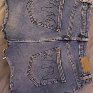 snygga shorts med cool cool detaljer i fickan! frakt ingår i priset<3