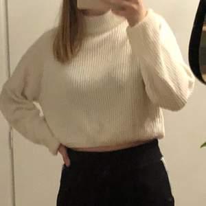 jättefin vit stickad tröja från Hm🤍 säljer för att den inte längre är min stil🤍 pris+frakt blir 88kr🤍 om flera blir intresserade blir det budgivning 🤍
