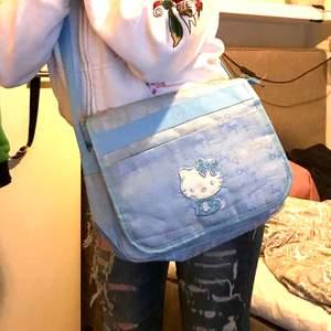 så sjukt söt hello kitty väska! glittrig på själva hello kitty💕💕 lägg ett bud💜