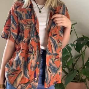 Perfekt Hawaii tröja till sommaren från billabong . Köpte den för några år sen och är väll använd men är fortfarande i bra skick. Säljer pga inte min still. Frakt: 42kr