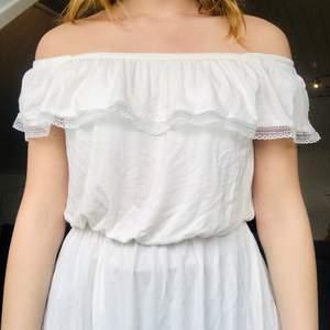 Krämvit klänning perfekt till studenten eller sommarens varma dagar☀️🍉👙🍦🦋  Materiallet är såå mjukt och klänningen är endast 1 gång!! Så extremt fint skick  Strl 38 märke atmosphere  59kr + frakt