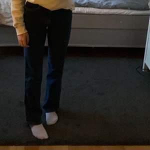 Säljer dessa mörkblåa jeans från bik bok för att de inte kommit till användning. Väldigt fint skick! Inköps priset var 300 kr, frakt tillkommer. Hör av er vid frågor eller fler bilder💕