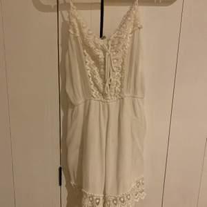 As fin vit jumpsuit i storlek XS/S. Använd 1 gång