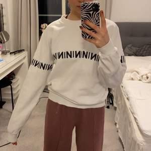 Jättefin sweatshirt från nakd, väldigt välanvänd men det är inget som märks på den, skicket är hur bra som helst och vad jag kan se har den inte heller några fläckar🤍🖤jättehärlig och snygg, storlek xs men passar både XS-M