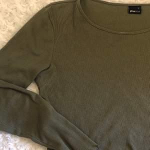 Ribbad militärgrön långärmad tröja från Gina tricot💞 superfin tröja med volanger vid midjan och ärmarna som passar både M och S 🙌
