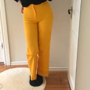 Gula kostymbyxor köpta secondhand. Så galet coola men är tyvärr liiiiite för små för mig. Sitter perfekt över höfter och rumpa! Kontakta för mer info ☺️