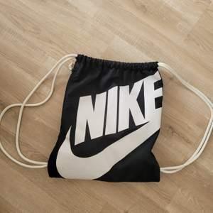 Träningsväska som inte längre kommer till användning. Bra skick. 40 kr + frakt 😘