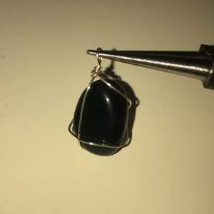 Handgjord Obsidian berlock med metalltråd. Säljer den för 20kr plus frakt (10kr).