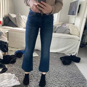 Skit snygga cropped mörkblåa jeans ifrån lindex! Helt oanvända då dom tyvärr var för korta !