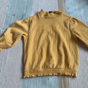 En fin och cool tröja från monki passar i alla tillfällen orginal pris 250