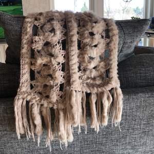 Halsduk med äkta päls. Köparen står för frakten och betalning sker via swish 💖 hör av er vid frågor