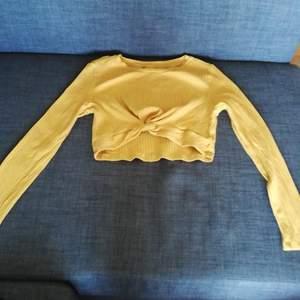 Säljer denna sköna tröjan då färgen inte riktigt passar den. Har gett den ett år nu, men tycker fortfarande inte om färgen. Har knappt använt den utan den har mest legat i byrån. Köparen står för frakten.