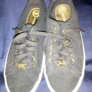 Nästan nya, bara använt 1-2ggr, MK sneakers i svart mocka, säljer pga att dom är lite för små för mig, endast 250kr