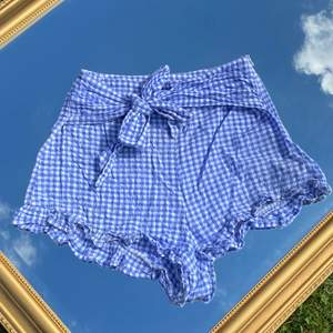 Somriga shorts i gingham print! Tunna och sköna, från H&M. Knyts där fram och har dragkedja på sidan. Kolla in mina andra annonser, få paketpris vid köp av flera plagg! 🤩
