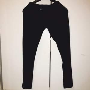 Svarta leggings leggings från vero moda. Bra skick. Frakt 50kr. Swish eller mötas upp i Strängnäs.