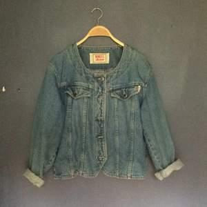 Finfin jeans jacka! Finns ingen storlek i den men gissar att den är S/M