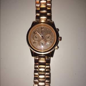 Jag säljer en klocka från Michael Kors i rosé guld. Den är använd ett fåtal gånger.