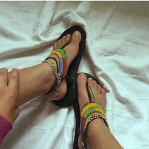 Säljer dessa vackra hemmagjorda masaj sandaler straight outta Kenya.🇰🇪 dessa sandaler har skapats av kvinnor i Kenya med sämre förutsättningar i samhället så att köpa dessa skulle bidra med något till det bättre.  P.S har flera av dessa sandaler i andra färger på lager.  (Storleken på dessa sandaler är 39 men passar någon med storlek 38.)