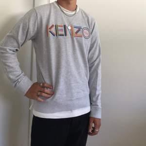 Hej! Säljer min Kenzo tröja från höstkollektionen 2018, men köpt i början av 2019. Har kvitto och tillhörande förpackning etc. (Allt og) Kostade 2500 kr ny men säljer för 590 kr. Storlek medium.  Fraktar gärna! Vi gör upp om priset privat.