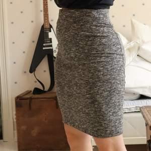 Skön lite längre kjol, sitter snyggt efter kroppen! Bra kvalité utan brister