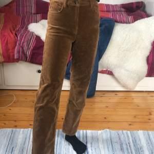 Orangea manchester byxor i strl 34, sällan använda och i bra skick. Köparen står för frakten
