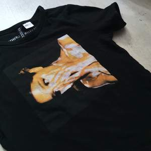 En Ariana Grande tröja från H&M. Trycket är sprucket så säljs billigt. ☀️🥰 Frakt tillkommer!