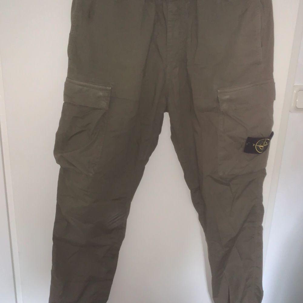 Cargopants ifrån stone island i W32. Fint skick med patch. Jeans & Byxor.