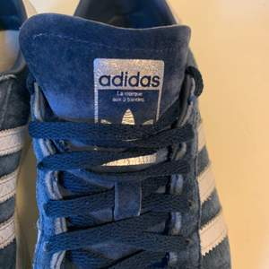 Mörkblå adidas sneakers med silvriga och vita detaljer!✨✨