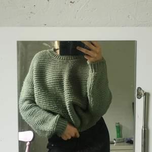 Säljer denna fina stickade tröjan från bik bok har världens finaste gröna färg säljs pga att den inte används. Storlek xs men oversized så passar s och m också