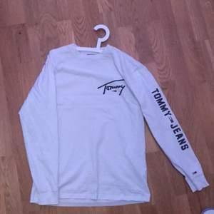 Tommy jeans tröja, skick 6/10 liten färgfläck på ena baksidan av armen. Köpt på Åhléns nypris 499. Storlek m passar mer som small men kan även användas som m