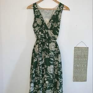 Grön finklänning med mönster säljes fint skick!