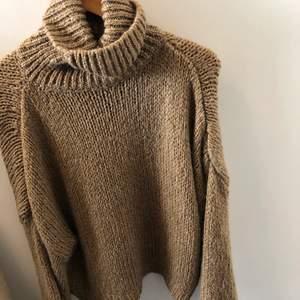 Säljer denna stickade tröjan från chiquelle. Använd under 5 gånger. Inget fel på plagget utan rensar bara garderoben. Finns ingen storlekslapp men skulle tippa på att det är en M.