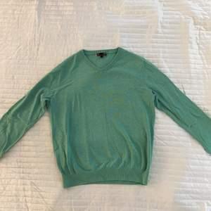 Grön v-ringad tröja från Dressman i strl L. Skönt material och lite tightare nedtill så man enkelt kan vika upp tröjan.