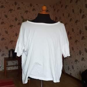 Denna over-sizeade t-shirt från weekday säljes. Passar nog de allra flesta! Luftig och skön!