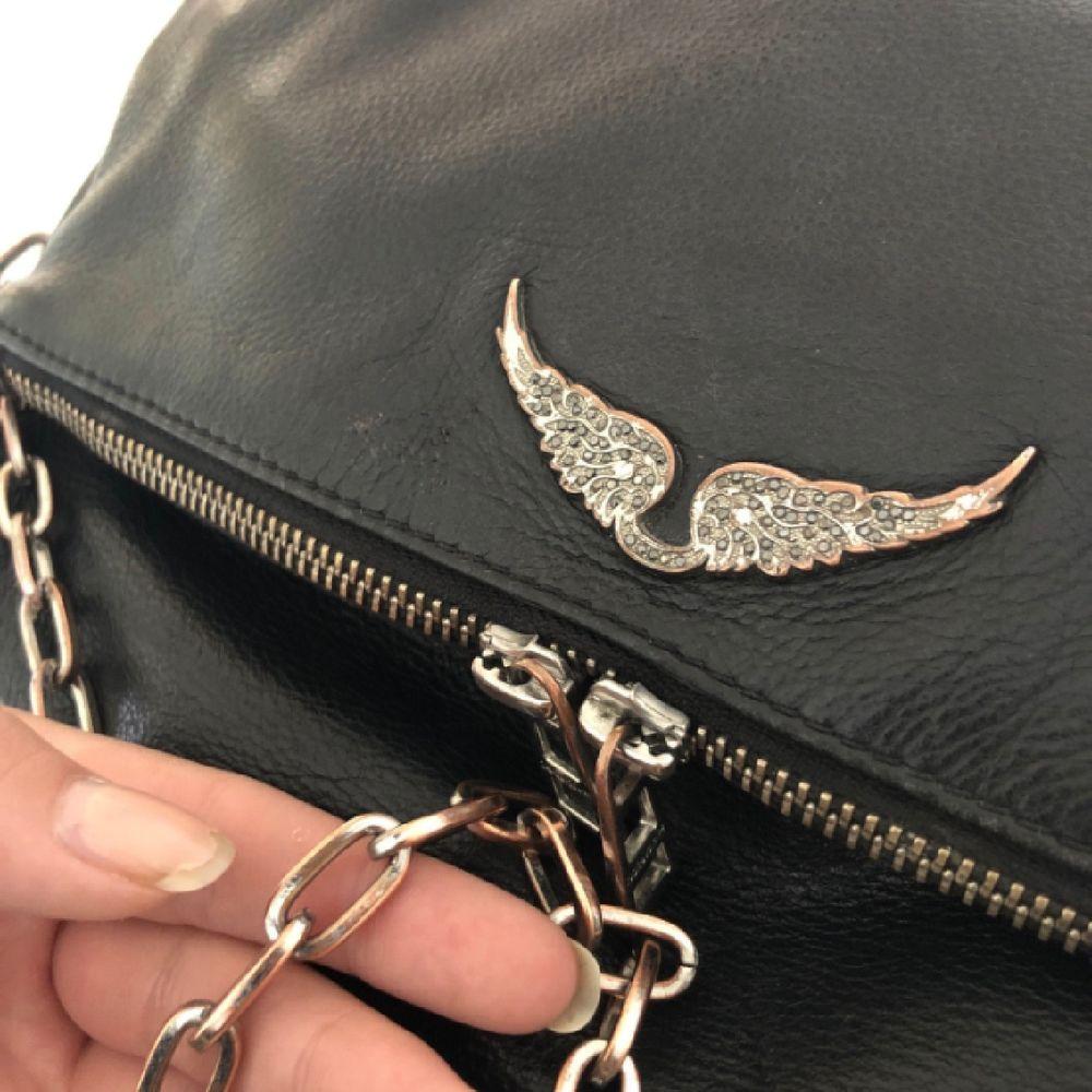 """INTRESSEKOLL på min väska från Zadig & Voltaire. Nypris 4000kr. Den är väl använd och silverdetaljerna är """"roséfärgade"""", samt förekommer någon slitning (bild 3). Kvitto och dustbag får ni med :) Skriv för fler bilder!. Väskor."""