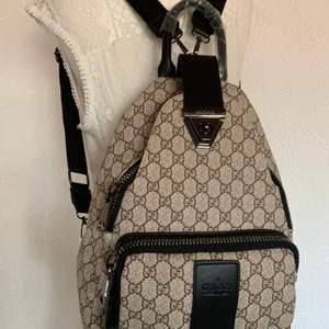 Ny Gucci inspirerad backpack perfekt till studie. Resa mm  ny.        En kanon kopia.  Kraftig tyg extra bra dragkedja.  pris 800kr.            Hämtas kan frakta spårbar 63kr med koli nr