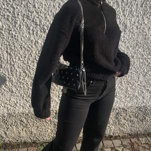 Svart fluffig, varm sweatshirt ifrån Ginatricot! Bra kvalite då jag inte använt den så mycket, tröjan är i strl 36 💕 Köparen står för frakt