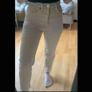 Beigea jeans ifrån Zara i storlek 34.