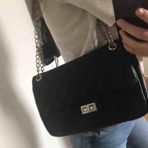 säljer denna fina och vardagliga väska från nelly💞💞perfekt storlek och passar till verkligen allting, justerbar kedja så man kan bestämma längden. lite slitage men inget som syns jätte mycket