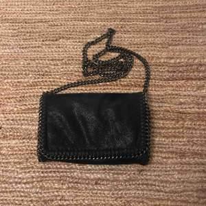 Liten svart skimrig väska. Nyskick