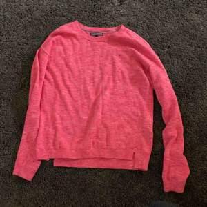 En Tommy Hilfiger långärmad tröja i rosa. Säljer för att det är inte min stil längre :)