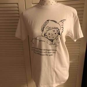 Tröjan kostar 149kr, är i unisex och finns i storlekarna XS, S, M, L och XL. Dockan har storlek S.  För varje såld tröja sänker vi en andel till suicidezero.  Kontakta oss för mer!:)