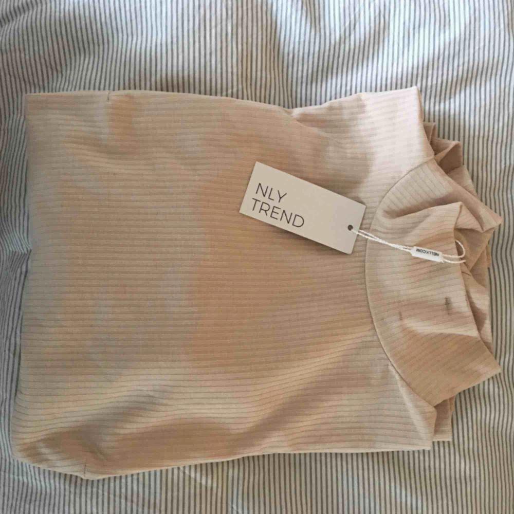 Aldrig använd men provad polo tröja från Nelly. Tyvärr har lite av mitt ögonbrynssmink hamnat på kragen men efter att bilden tagits har nästan allt gått bort. När man tvättar den lär det försvinna. Alla etiketter är kvar! Pris kan diskuteras🌟. Toppar.
