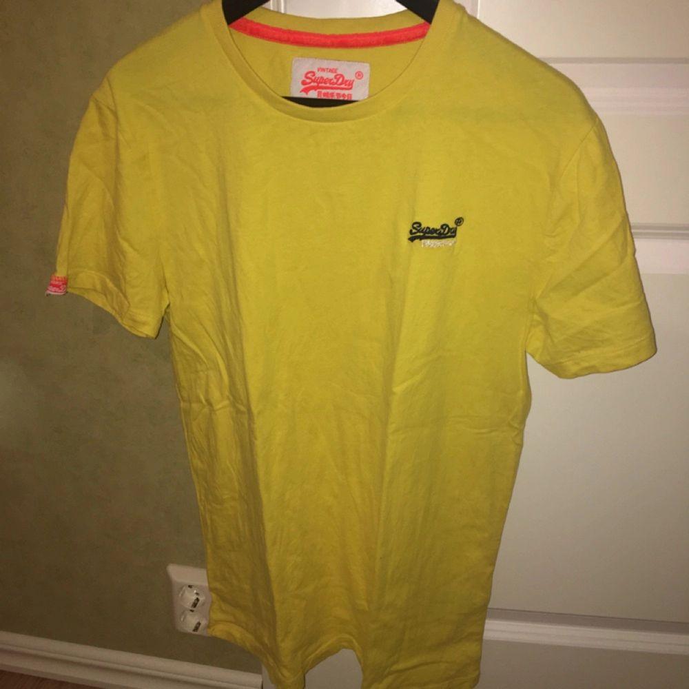 En snygg oanvänd gul T-shirt från superdry! . T-shirts.