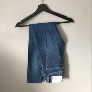 Jättefina jeans ifrån Tiger of Sweden, i väldigt bra skick då dem endast är använda ett fåtal gånger. Säljes på grund av för liten storlek. Längden på jeansen passar runt 165-170 cm.