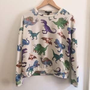 Säljer en mysig sweatshirt från Forever 21. Med dinosaurier på i stl S.